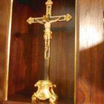 Krzyż nadtabernakulum ufundowany przezjedną zrodzin zparafii.